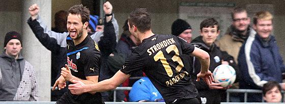 Der Toptorjäger eröffnete früh den Torreigen in Paderborn: Nick Proschwitz (re. Strohdieck)traf gegen Eintracht Frankfurt zum 15. Mal in dieser Saison.