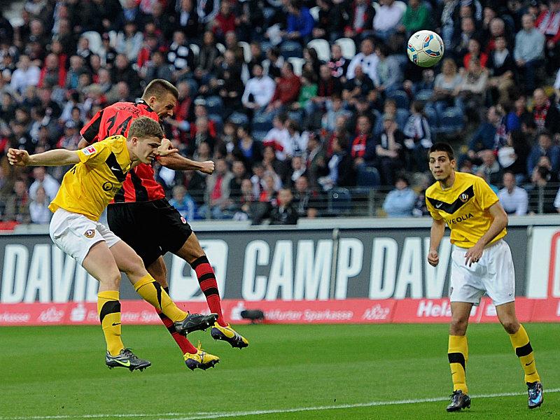 Frankfurts Meier köpft das 1:0 gegen Dresden.