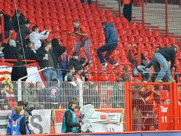 Eintracht-Fans übersteigen die Zäune zum Gästeblock in Berlin.