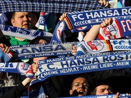 Am Millerntor außen vor: Fans von Hansa Rostock.