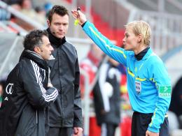 Platzverweis: Bibiana Steinhaus schickt Ingolstadts Trainer Tomas Oral (li.) aus dem Innenraum.
