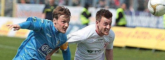 Michael Klauß (re.) im Duell mit Carsten Sträßer vom Chemnitzer FC