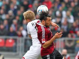 Dominic Maroh zieht das Club-Trikot aus und geht mit Köln in die 2. Liga.
