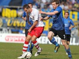 Regensburgs Sebastian Hofmann (li.) gegen Saarbrückens Lukas Kohler.