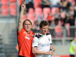 Sandhausens Coach Gerd Dais mit Regis Dorn