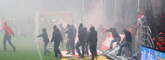 Anhänger auf dem Rasen, Qualm im Block - dafür bestrafte das DFB-Sportgericht den 1. FC Köln.