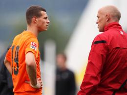 Anweisungen: Angreifer Andreas Wiegel hört seinem neuen Coach Karsten Baumann genau zu.