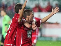 Toller Einstand: Kaiserslautern Hendrick Zuck krönte sein Zweitliga-Debüt und wurde von Fortounis (li.) gefeiert.