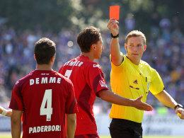 Schiedsrichter Martin Petersen zieht Rot für Diego Demme