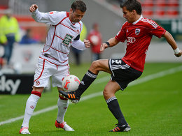 Ingolstadts Andreas Schäfer (re.) bearbeitet FCK-Kapitän Albert Bunjaku.