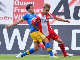 Neuer Vertrag: Unions Youngster Björn Jopek, rechts gegen Braunschweigs Kratz, bleibt bis 2015.