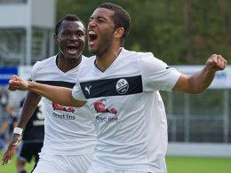 Andrew Wooten und Kingsley Onuegbu (im Hintergrund, beide SV Sandhausen)