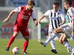 Konstantin Engel (li.) hat sich im Spiel gegen Aalen zwar verletzt, doch die Bänder im Knie sind weiterhin intakt.