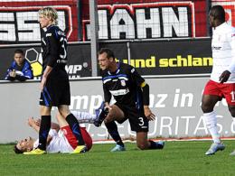 Sicherungen durchgebrannt: Frankfurts Kapitän Björn Schlicke (Nr. 3) hat gegen Regensburgs Jonatan Kotzke nachgetreten und sieht Rot.