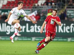 Gesperrt: Aues Angreifer Jakub Sylvestr, hier links gegen Kaiserslauterns Heintz, muss gegen Braunschweig zusehen.
