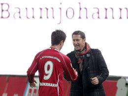 Trainer Franco Foda empfängt Alexander Baumjohann bei dessen Auswechslung.
