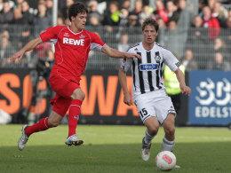 Daniel Buballa (re.) gegen Kölns Tobias Strobl