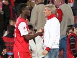 Trainer Rudi Bommer (re.) ist glücklich über die Verpflichtung von Boubacar Sanogo.