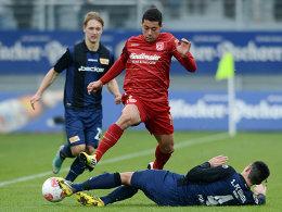 Jahn-Torschütze Ramon Machado (M.) gegen Unions Roberto Puncec (unten)