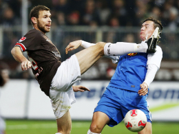 Gesperrt: St. Paulis Innenverteidiger Markus Thorandt, links gegen Bochums Kevin Scheidhauer, sah seine fünfte Gelbe Karte.