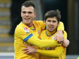 Glückliche Braunschweiger Torschützen: Orhan Ademi (li.) jubelt mit Eintracht-Kapitän Dennis Kruppke.