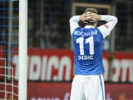Der VfL braucht ein Erfolgserlebnis: Bochums Angreifer Zlatko Dedic fasst sich nach vergebener Chance an den Kopf.