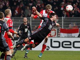 Union-Stürmer Terodde überspringt FCK-Abwehrmann und köpft das 1:0.