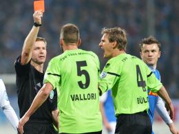 """Platzverweis: """"Löwe"""" Guillermo Vallori bekommt von Schiedsrichter Tobias Welz die Rote Karte gezeigt."""