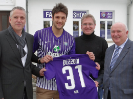 Neuanfang mit der 31: Vizepräsident Jens Stopp, Sportdirektor Steffen Heidrich und Vorstand Joachim Engelmann (v.l.) präsentieren Neuzugang Kevin Pezzoni.