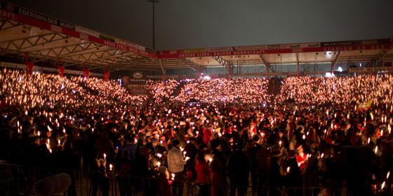 Die Alte Försterei beim Weihnachtssingen der Union-Fans.