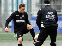 Arbeitet am Comeback: Frankfurts Marcel Gaus, hier mit Fitnesstrainer Bastian Kliem.