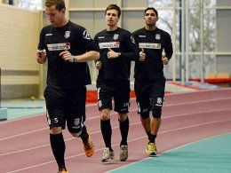 Gledson (re., mit Konrad und Wölk) greift beim FSV wieder ein.