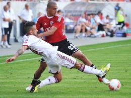 Abschied aus Ingolstadt: Ahmed Akaichi, hier oben im Zweikampf mit Nürnbergs Marvin Plattenhardt, wechselt nach Tunis.