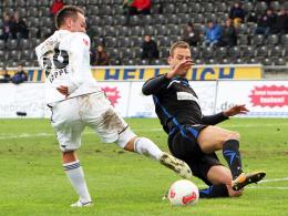 Phänomen: Ingolstadts Karl-Heinz Lappe, links im Duell mit Frankfurts Schlicke, hat seine Chance genutzt.