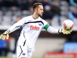 Einsatz gefährdet: Paderborns Torhüter Lukas Kruse ist an der Schulter verletzt.