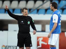 Schiedsrichter Tobias Christ schickt Christoph Dabrowski vom Platz.
