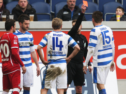 Platzverweis: Schiedsrichter Thorsten Schriever zeigt Duisburgs Sukalo (re.) Rot.