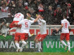 Kölner Torjubel gegen Union im Schneetreiben.