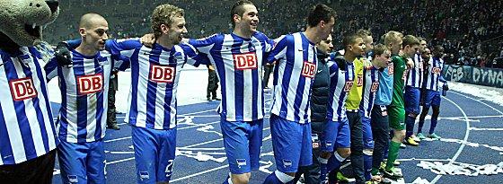 Die Hertha-Spieler um Torschütze Peer Kluge (li.).
