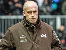 Musste nach einem Lungen-Einriss not-operiert werden: St. Paulis Trainer Michael Frontzeck.