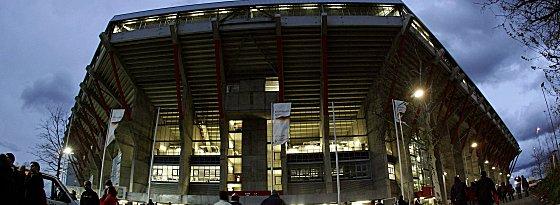 Prickelnde Flutlicht-Atmosphäre: das Fritz-Walter-Stadion in Kaiserslautern.