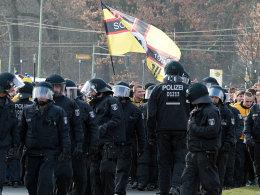 Die Berliner Polizei begleitet Dresdner Anhänger auf dem Weg ins Stadion.