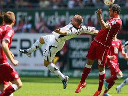 Lauterns Marc Torrejon (re.) gegen Frankfurts John Verhoek.