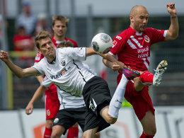 Sandhausens Ranisav Jovanovic (li.) gegen Ivica Banovic
