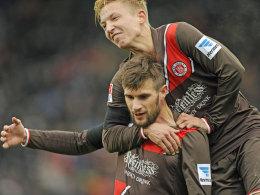 Machte das 1:0 für St. Pauli: Nöthe, der von Kollege Rzatkowski (oben) geherzt wird.