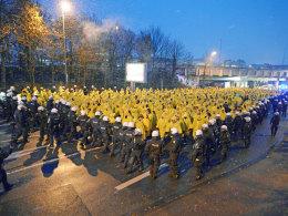 Polizisten begleiten Dynamo-Fans ins Bielefelder Stadion