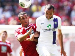 Wechsel nach Frankfurt: Andrew Wooten, hier links gegen Aues Fabian Müller, geht von Kaiserslautern zum FSV.