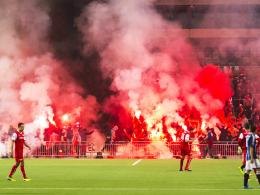 Hässliche Szenen in Stockholm: Schwere Ausschreitungen auf den Blöcken und auch auf dem Spielfeld führten zum Spielabbruch.
