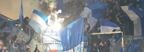 Anhänger des VfL Bochum zünden in Bielefeld Pyrotechnik