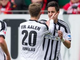 Aalens Hübner nimmt die Glückwünsche zum 1:0 beim FCK entgegen.